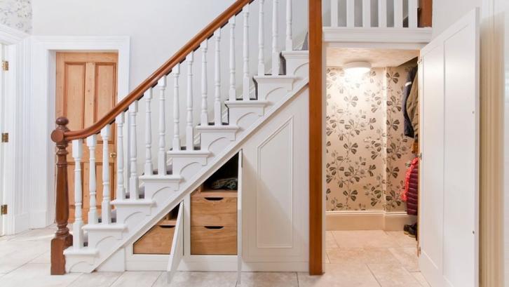 Manfaatkanlah ruang yang tersedia di bawah tangga untuk menyimpan barang-barang Anda. (Foto: Extra Space Storage)