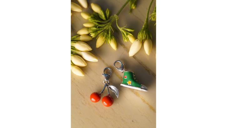 Anda bisa membeli kerajinan seperti gantungan kunci yang terbuat dari resin. (Foto: Pexels - Arif khan)