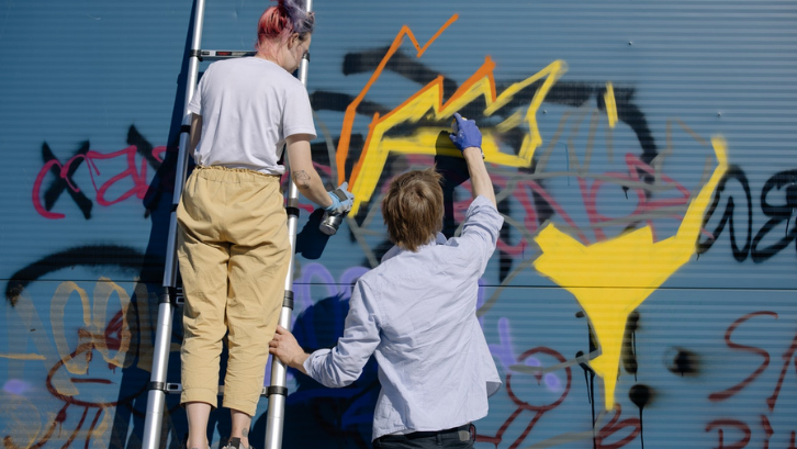 Serupa tapi tak sama, grafitti lebih mengutamakan permainan komposisi warna dari cat semprot supaya terlihat menarik. (Foto: Pexels - cottonbro)