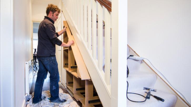 Hitunglah terlebih dahulu ukuran yang Anda miliki di bawah tangga supaya ukuran dari lemari bisa pas dan tidak salah. (Foto: Clever Closet)