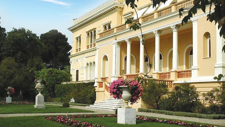 Villa Les Cedres memiliki halaman yang sangat indah. (Foto: Barnebys)