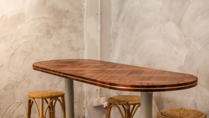 Furniture yang terbuat dari kayu trembesi sangatlah terjangkau. (Foto: Home & Decor Singapore)