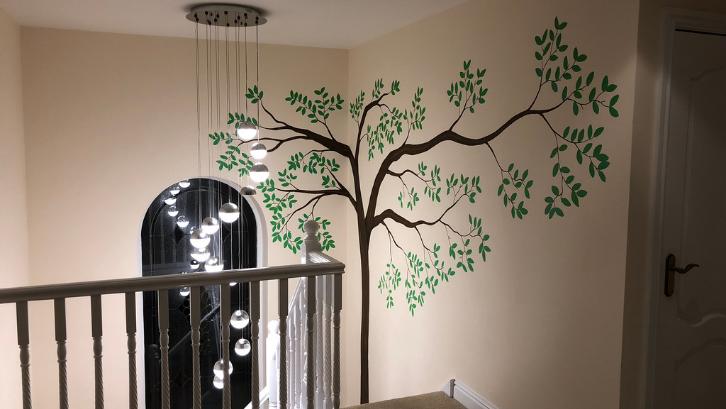 Warna hijau dari mural pepohonan akan menciptakan suasana ruangan di rumah menjadi lebih teduh. (Foto: Detox Artwork)