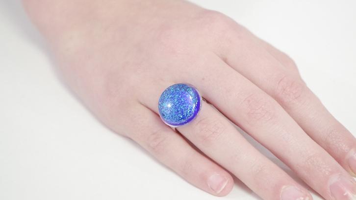 Kreasikan resin supaya menjadi cincin yang menarik berwarna-warni oleh glitter. (Foto: Resin Crafts)