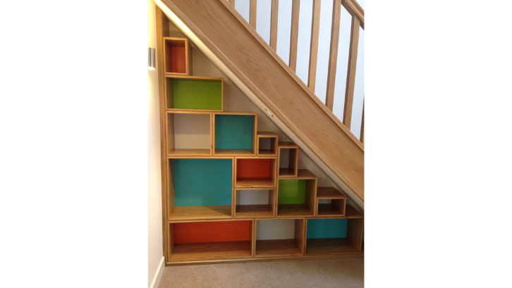Buatlah rumah yang lebih berwarna dengan lemari bawah tangga dengan cat warna-warni. (Foto: Pinterest)