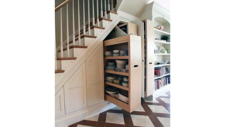 Maksimalkan ruang dapur dengan menggunakan lemari tambahan di bawah tangga. (Foto: Room Design)
