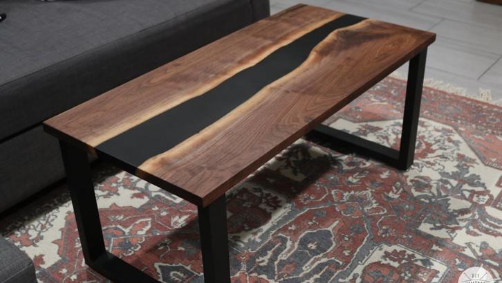 Buat ruang makan Anda menjadi tampak indah dengan meja hias kayu yang sudah dituangkan resin. (Foto: Bernzomatic)