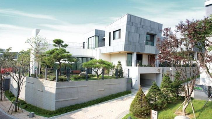Junsu memiliki rumah mewah dengan gaya minimalis modern. (Foto: KapanLagi)