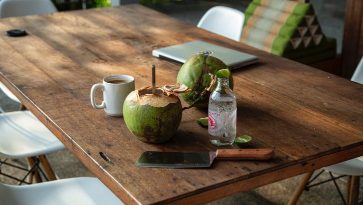 Air kelapa ijo mampu untuk meredakan rasa sakit pada tubuh. (Foto: Pexels - Milada Vigerova)