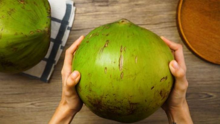 Pilihlah kelapa ijo dengan kulit yang cerah dan tidak kusam. (Foto: WikiHow)