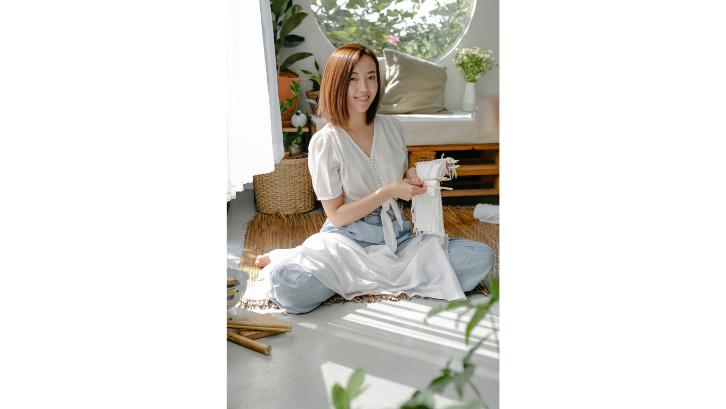 Pakaian polos bisa Anda manfaatkan untuk menjadi sebuah kanvas tie dye yang menarik. (Foto: Pexels - Teona Swift)