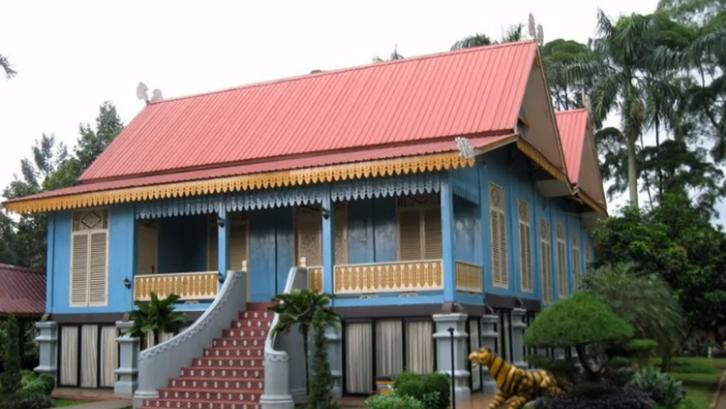 Proses pembangunan rumah adat Belah Bubung harus melalui upacara adat. (Foto: Kompas)