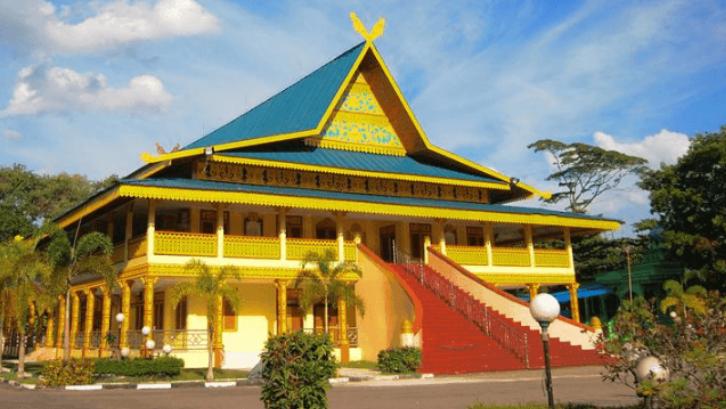 Rumah Adat Ampar Labu memiliki atap yang sangat unik. (Foto: Adat Indonesia)