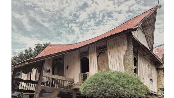 Rumah Adat Lipat Pandan memiliki atap dengan bentuk yang sangat curam. (Foto: Cerdika)