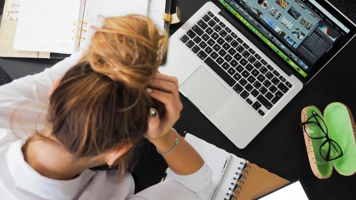 Stress bekerja bisa mempercepat proses penuaan. (Foto: Pexels - energepic.com)