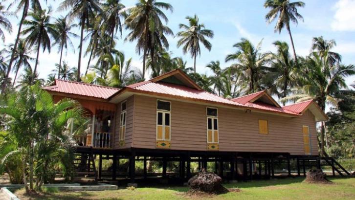 Rumah Adat Perabung Panjang mempunyai desain yang sangat unik. (Foto: Andala Tourism)