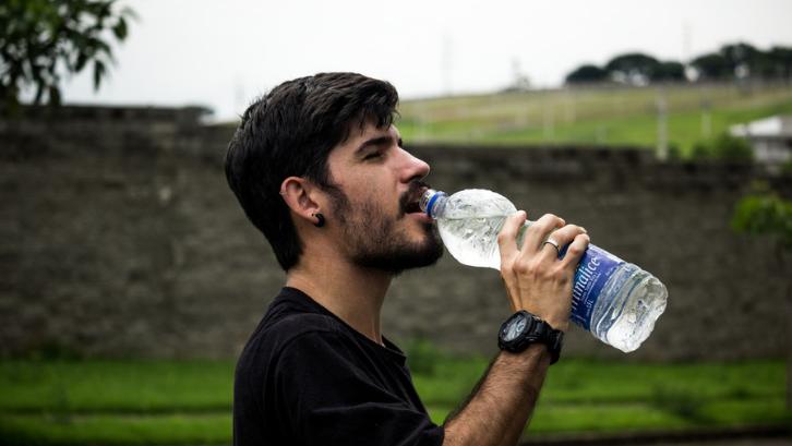 Biasakan selalu mengonsumsi air putih untuk mencegah munculnya batu ginjal. (Foto: Pexels - Mauricio Mascaro)