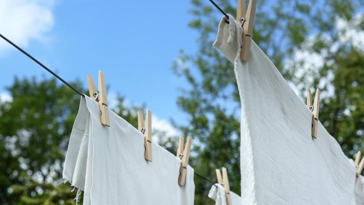 Matahari mampu untuk mengeringkan pakaian Anda dalam waktu yang lebih cepat. (Foto: Pixabay - Rudy and Peter Skitterians)