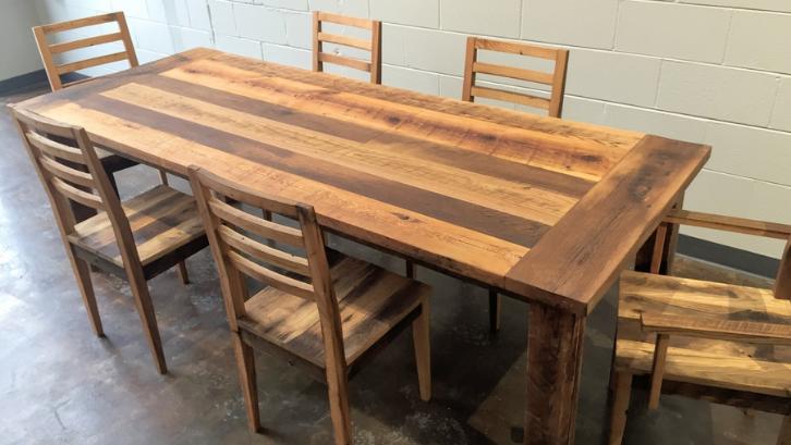 Memiliki ketahanan yang tinggi, kayu kamper bisa Anda manfaatkan untuk menjadi meja makan di rumah. (Foto: Bramble Furniture)