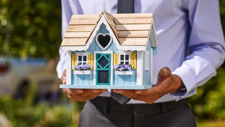 Anda dapat menggunakan Google Maps, media sosial, dan lainnya untuk menemukan rumah. Sumber: Pexels - Kindel Media