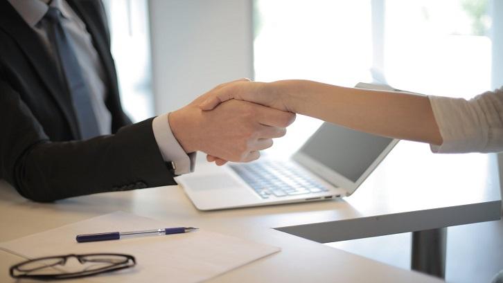 Persetujuan dari bank diberikan kepada Anda apabila dapat memenuhi dan melengkapi informasi secara spesifik. Sumber: Pexels - Andrea Piacquadio