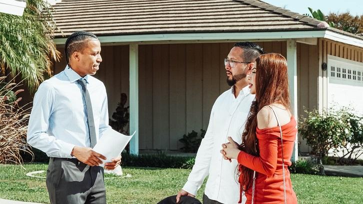 Anda perlu meninjau harga jual untuk rumah serupa lainnya di area tersebut untuk memastikan Anda mendapatkan penawaran terbaik. Sumber: Pexels - Kindel Media