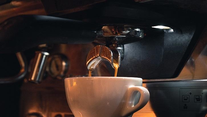 Pembuat kopi adalah alat listrik yang menyeduh kopi panas secara otomatis. Sumber: Pixabay - Mokup