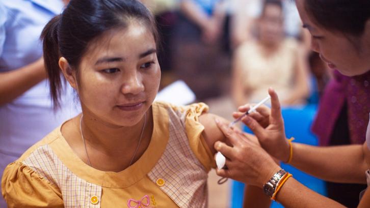 Caption: Anda bisa langsung datang ke faskes terdekat untuk mendapatkan vaksinasi tanpa harus mendaftar secara online. (Foto: Pexels - CDC)